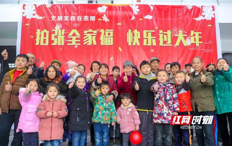 农民工回乡过年,湖南省衡阳县志愿者免费来拍全家福