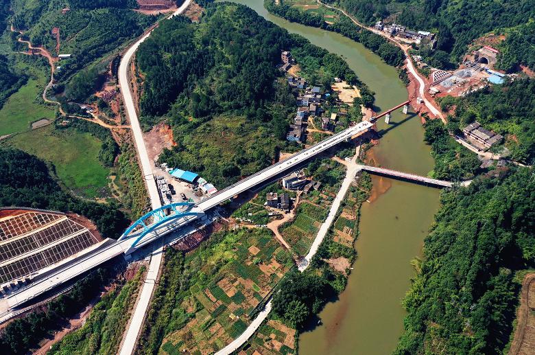中铁六局赣深铁路第二十座隧道顺利实现贯通图片