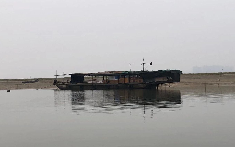 1月1日,一艘停在湖面上的渔船。 新京报记者 韩沁珂 摄