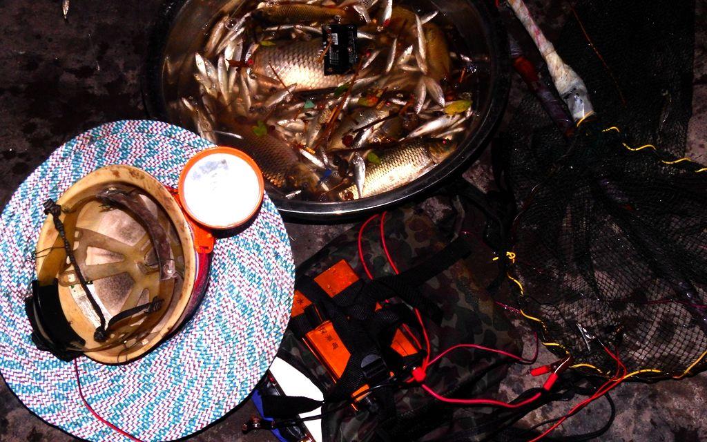 2018年5月,反电鱼志愿者在自贡市釜溪河中拦截了一艘电鱼船。图为船上电鱼设备。受访者供图
