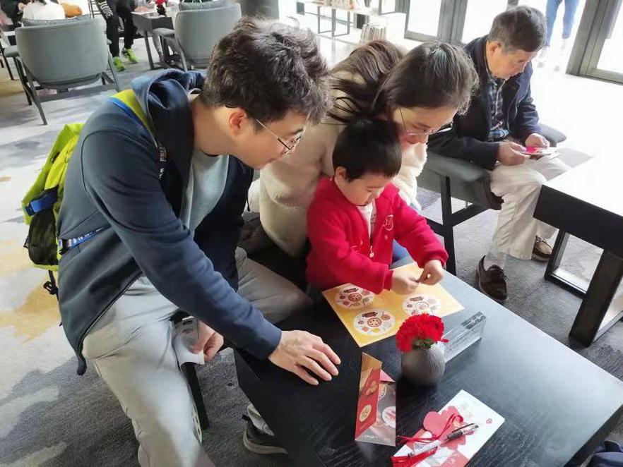 """游客参加南沙花园酒店""""粤书吧""""主题活动主办方供图"""
