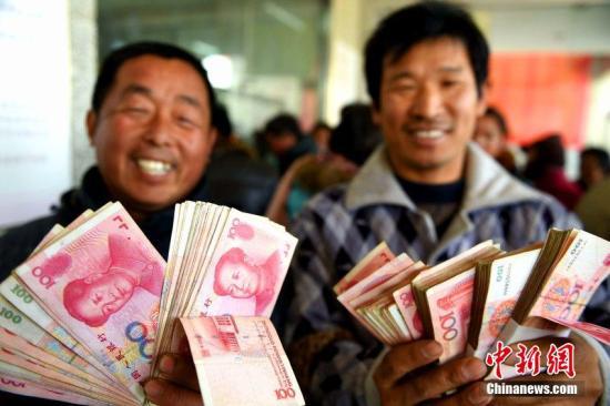资料图:农民工领取工资。刘勤利 摄
