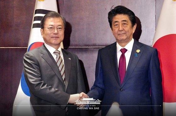 日韩首脑在成都进行会谈前握手(韩国总统府)