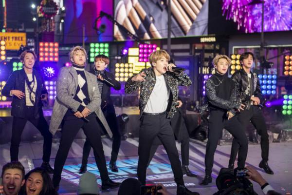 韩国超级乐队BTS在跨年庆典上表演。(图源:美国合众社)