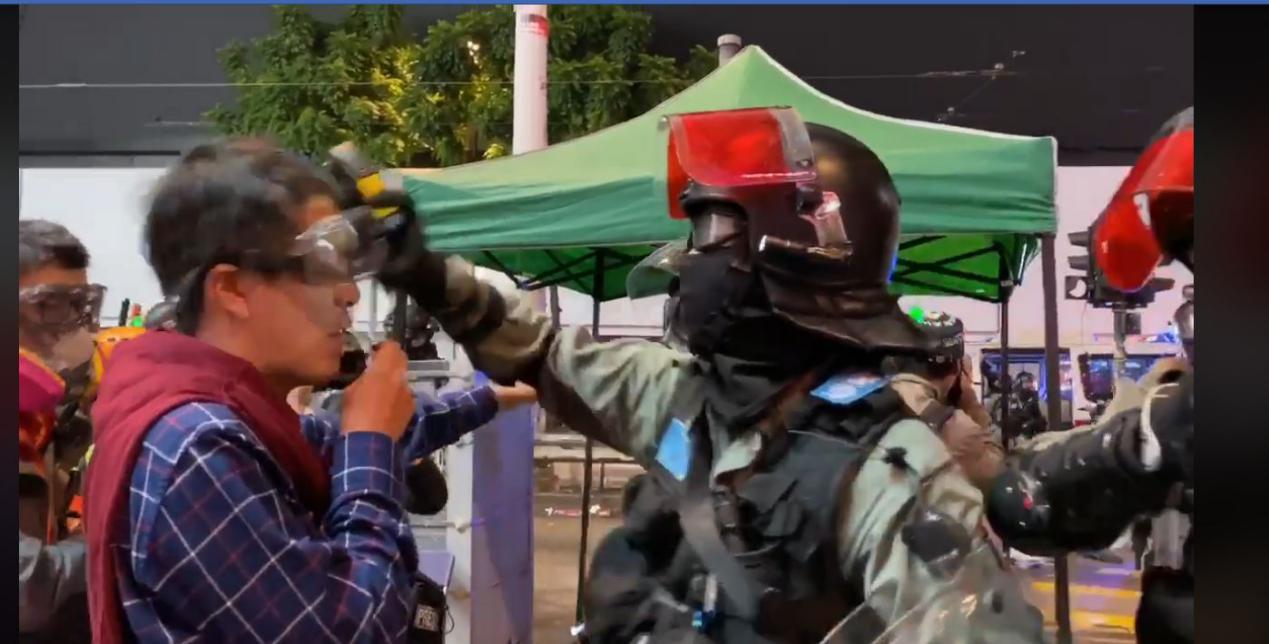 反对派议员挑衅警员被喷辣椒水 警方硬气回应