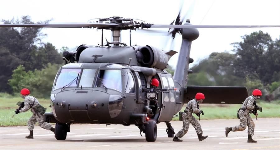 图为黑鹰直升机资料图