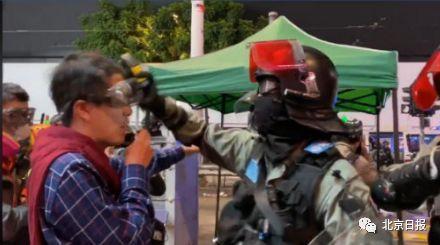反对派议员煽暴挑衅港警被扯下眼罩 警方硬气回应