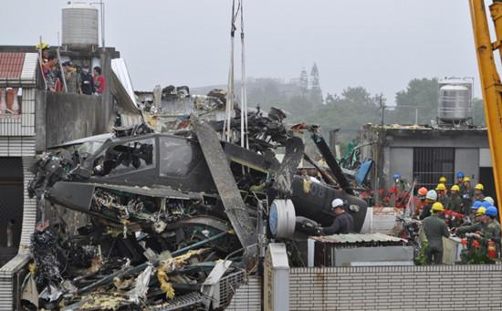 图为AH-64E阿帕奇直升机层坠毁于民宅楼顶(来源:台媒)