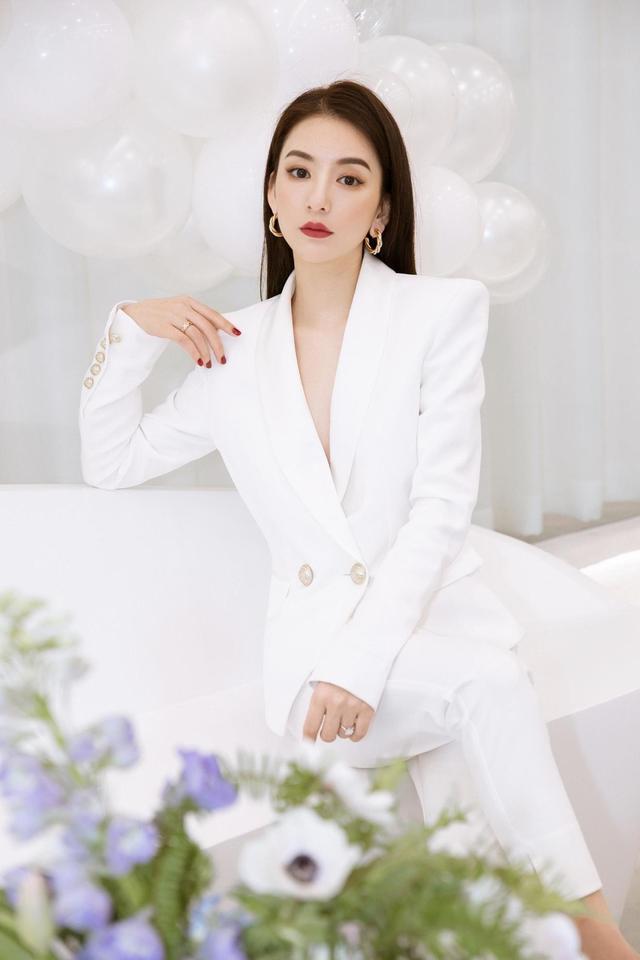 """天王嫂方媛这次玩""""真空"""",穿白色西装套装配长发亮相,气质惊艳"""
