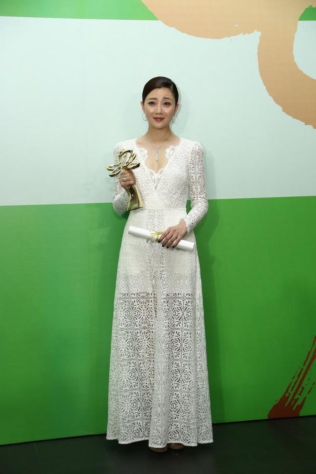 40岁殷桃身材太好了,身穿白色蕾丝连衣长裙优雅大气,凹凸有致