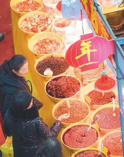 1月14日,第十届全国(武汉)年货购物节暨第32届武汉商业吃穿用商品迎春大联展在武汉国际会展中心举行。现场餐饮美食、电商乐淘、年货展会、生活服务多方联动,吸引众多市民前来选购。   新华社记者 肖艺九摄