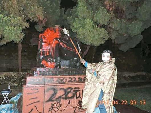 """位于阳明山公园的蒋介石铜像2017年4月遭人""""斩首""""(联合报)"""