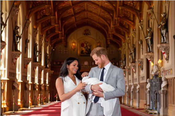 2019年5月8日,在英国温莎城堡,英国萨塞克斯公爵哈里王子与妻子梅根携新生儿亮相。 新华社 资料图