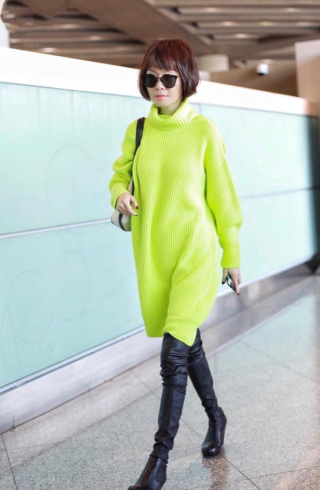 鲁豫一脸严肃走机场,穿荧光绿毛衣配皮裤+短靴,波波头短发A爆了