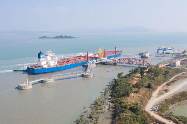 2020年1月13日,一艘油轮停靠在缅甸皎漂马德岛中缅油气管道项目卸油码头,准备卸载石油。新华社记者 杜宇 摄