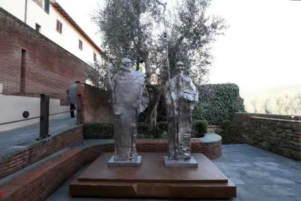 中国雕塑家塑达·芬奇与齐白石铜像永立达·芬奇出生地