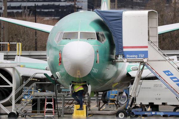 工作人�T在美���A盛�D州一座�C��z查波音737MAX�w�C。(美�社)