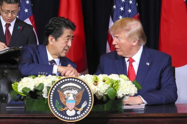 安倍和特朗普签订《日美贸易协定》(朝日新闻)