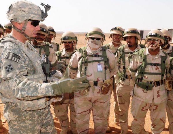资料图片:美军军官在与沙特军队官兵交流。(美陆军官网)