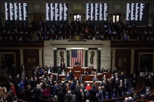 2019年12月18日,美国会众议院表决通过两项针对特朗普的弹劾条款。新华社发