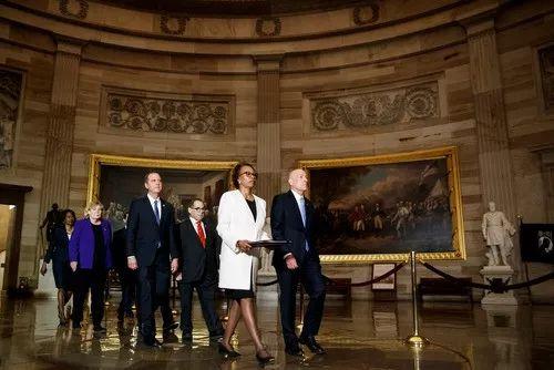 1月15日,美众议院将弹劾总统条款文件呈交参议院。新华社发