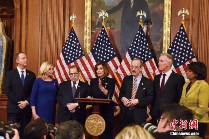 当地时间2019年12月18日晚,美国国会众议院表决通过两项针对美国总统特朗普的弹劾条款,特朗普被正式弹劾。中新社记者 沙晗汀 摄