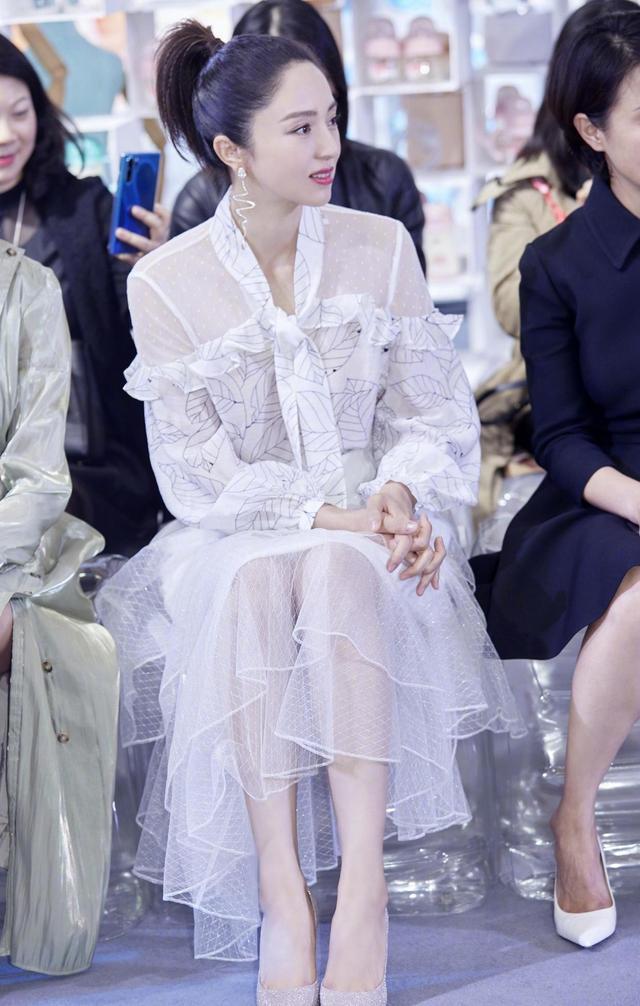 董璇40岁依旧满满少女感!衬衫搭配半身裙甜美可人,宛如仙女下凡