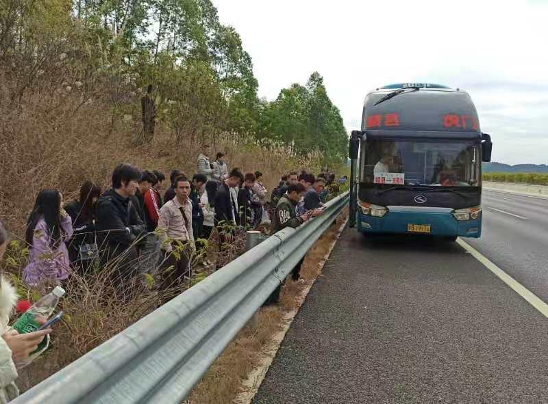 大巴故障滞留粤北山区,53名回乡旅客冷风中等来了他们