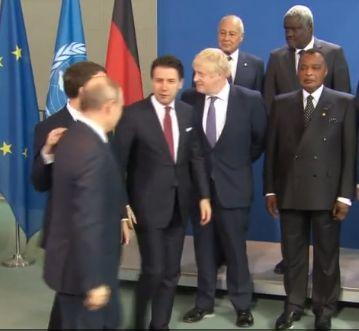 孔特(右3)与其他领导人