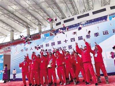 """内蒙古自治区队员夺 """"十四冬""""雪地足球丙组双冠王"""