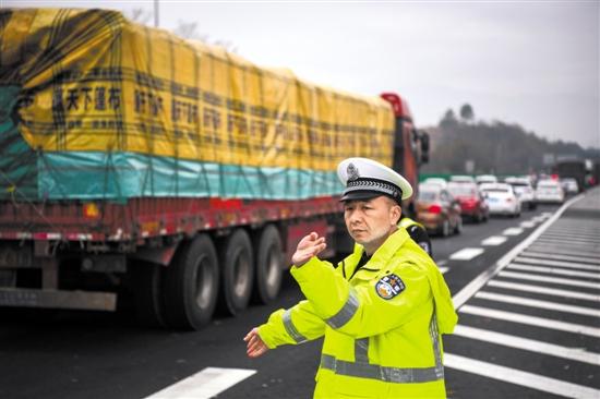 昨日,民警在京港澳高速粤湘两省交界处疏导交通 羊城晚报记者 周巍 摄