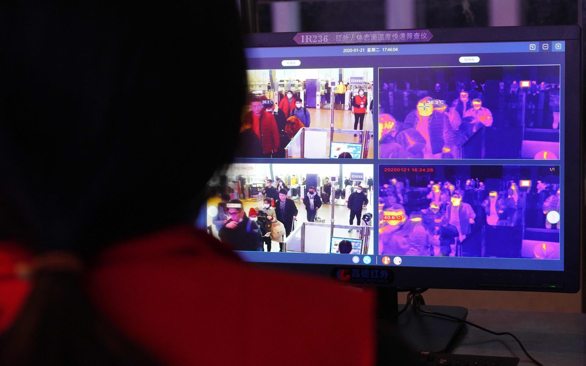 武汉火车站设16台红外检测仪,通过检测者方可进行安检图片