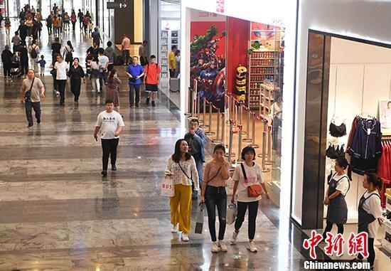 图为重庆一商场内的顾客来来往往。 中新社记者 陈超 摄