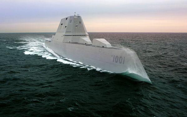 """资料图片:美海军朱姆沃尔特级2号舰""""迈克尔·蒙苏尔""""号试航照片。(美海军官网)"""