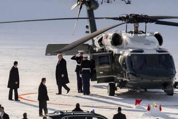 特朗普乘总统专属直升机VH-70A抵达会场 图源:《卫报》