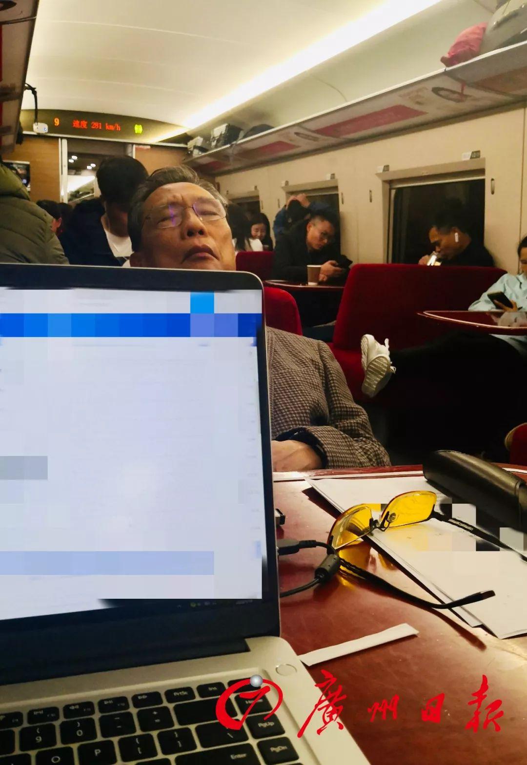 钟南山在赶往武汉的高铁餐车上。(苏越明摄)