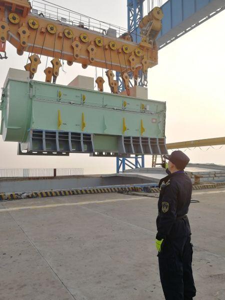 洋山海事为临港新片区制造的超大型集装箱船舶设备运输保驾护航