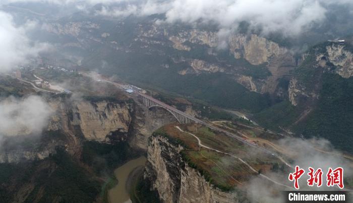 远眺鸡鸣三省峡谷和大桥。 刘忠俊 摄
