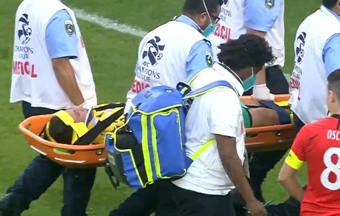 GIF:惊魂一刻!悉尼门将头部落地受伤,治疗长达5分钟