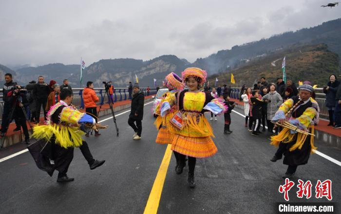 苗族群众跳舞庆贺大桥建成通车。 刘忠俊 摄
