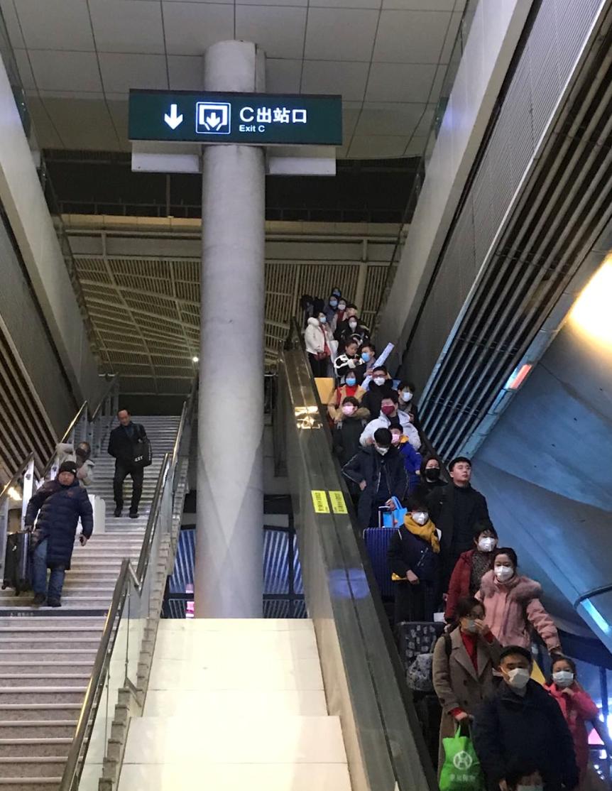 1月20日,武汉高铁站出站口,不少乘客带有口罩。新京报记者 许雯 摄