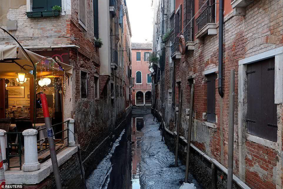气候怎么了?遭受洪灾的威尼斯又遇干旱,船只在满是泥浆的沟渠中搁浅