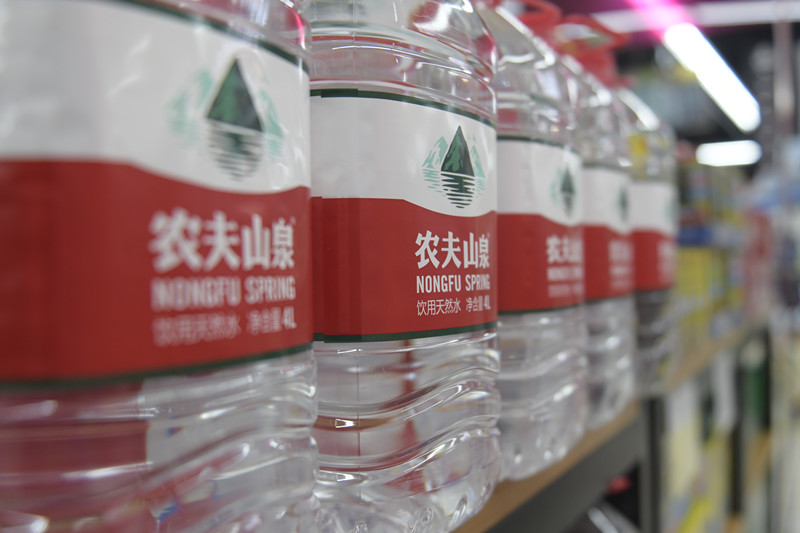 """农夫山泉""""毁林取水""""罗生门背后:瓶装水江湖激战"""
