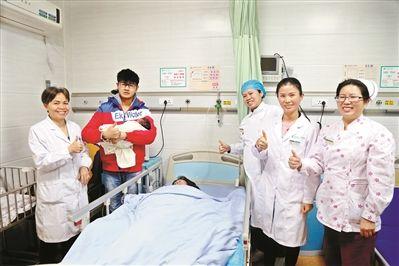 """待产婴儿脐带脱垂命悬一线 医护人员上演托举""""保卫战"""""""