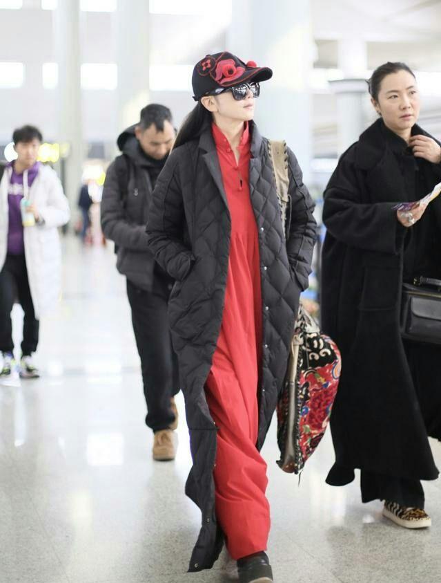 杨丽萍气质再好,也难逃中年发福,看她打扮就是个老人!