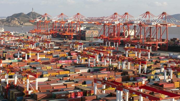 上海唯一深水港今天开港15年,已吞吐中转了近2亿个集装箱图片