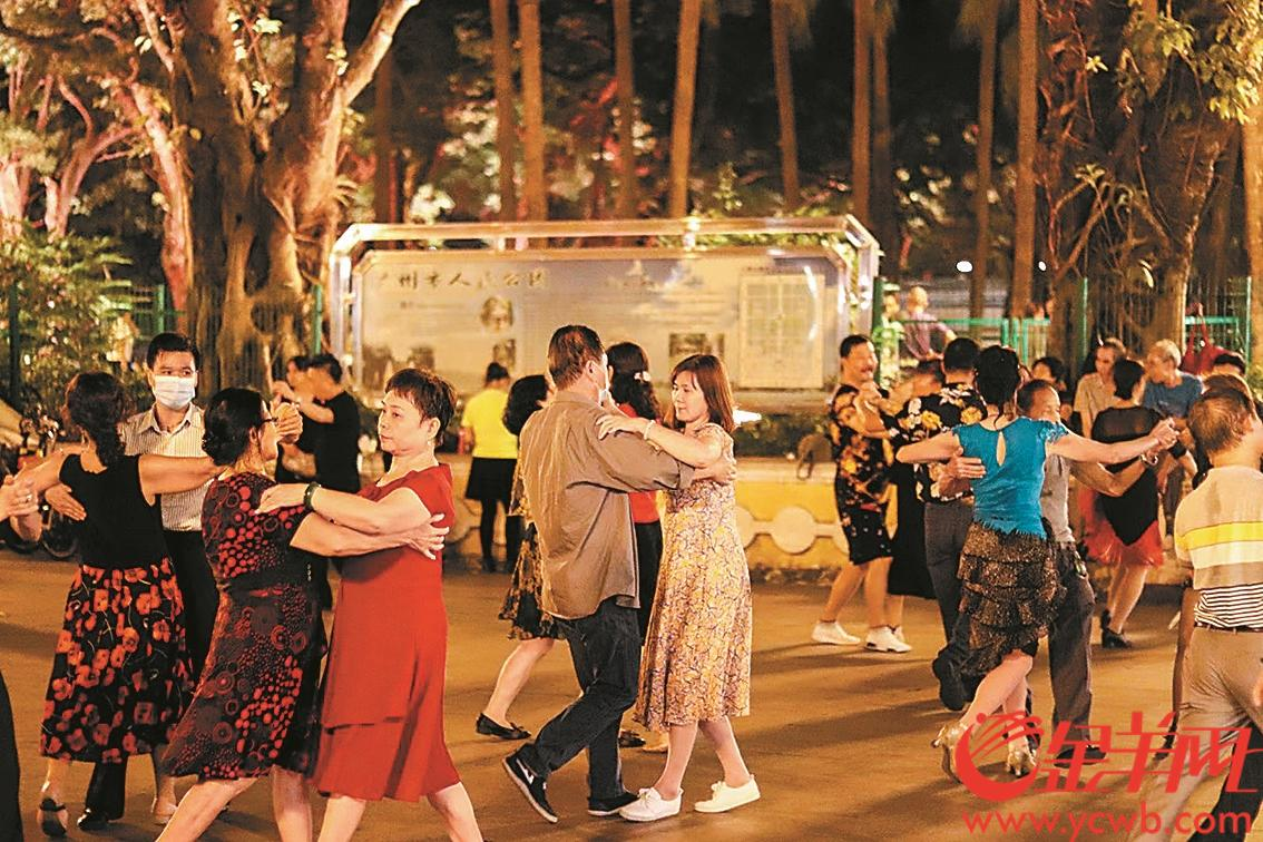 市民在人民公园放松休闲 羊城晚报全媒体记者 徐炜伦 摄