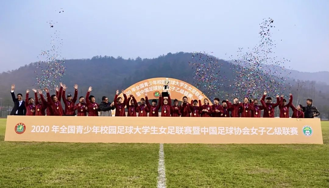 东华夺冠!捧回上海足坛本赛季唯一全国冠军奖杯图片