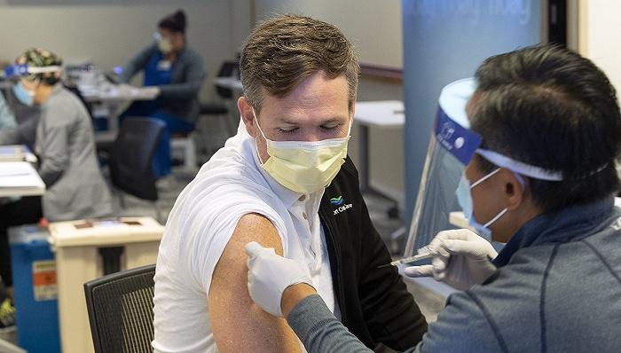 美国政要电视直播接种,能否消除疫苗怀疑论?