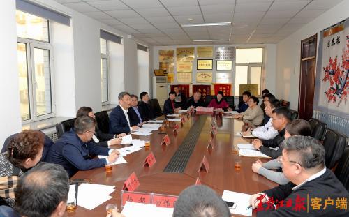 王文涛在哈尔滨市传染病医院主持召开座谈会,听取对做好我省防控工作的意见建议。孙强 摄